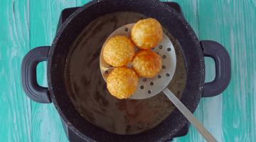 достаем сырные шарики из кипящего масла