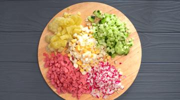 порезанные овощи и колбаса в окрошку