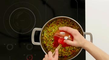 томаты в кастрюлю