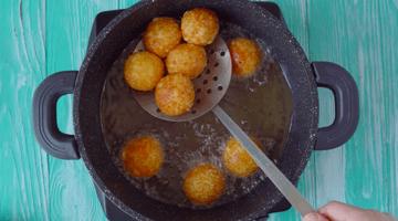 жарим сырные шарики в масле