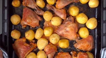 запечённые окорочка и картофель