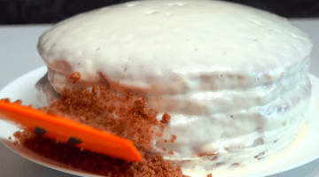 посыпать края торта