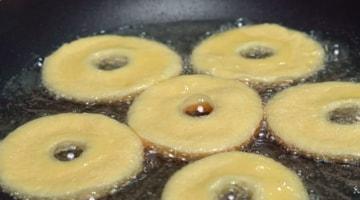 жарить пончики